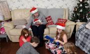Bà mẹ trẻ đưa cụ bà cô đơn về nhà mình đón Giáng sinh