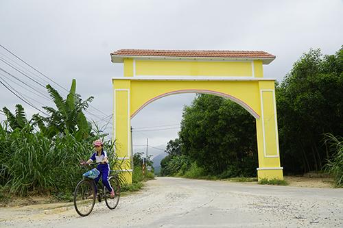 Chỉ cách nhau cái cổng làng đã tạo nên sự khác biệt lớn về văn hóa giữa thôn Lộc Đại và thôn Nghi Sơn bên cạnh. Ảnh: Trọng Nghĩa.