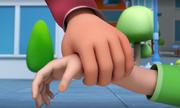 Vì sao bố mẹ không được nắm bàn tay trẻ khi qua đường?