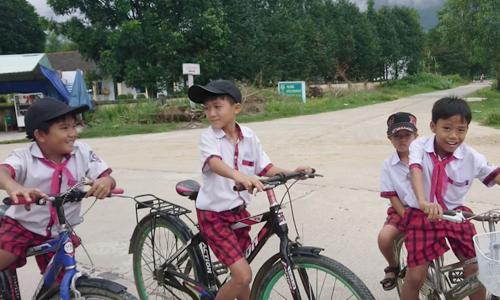 Trẻ em thôn Lộc Đại nói chuẩn từ ngữ phổ thông hơn so với người lớn. Ảnh: Trọng Nghĩa.