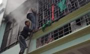 Vướng chuồng cọp, thanh niên suýt chết ngạt vì đám cháy nhỏ