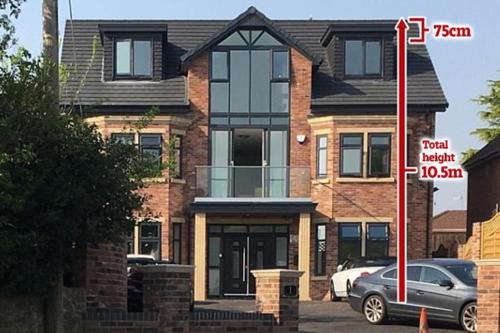 Ngôi nhà anh Naseem cao hơn 75 cm so với thiết kế được cấp phép. Ảnh: The Sun.