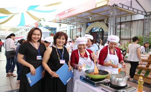 Hội thi Sạch tươi ngon, cùng con khôn lớn diễn ra với 30 đội thi gia đình từ các quận huyện khác nhau trên địa bàn thành phố. Các đội trổ tài nấu ăn bằng nguồn thực phẩm an toàn được cung cấp từ VinMart & VinMart+.