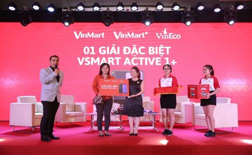 Kết thúc hội thảo, người tham dự nhận nhiều phần quà giá trị khi trả lời đúng những câu hỏi về chủ đề Ăn sạch, sống xanh, Trong đó, hấp dẫn LÀchiếc điện thoại Vsmart Active 1+ do Tập đoàn Vingroup sản xuất.