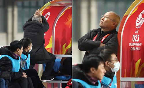 HLV Park Hang-seo không dám nhìn các học trò thi đấu trong những phút cuối cùng trận gặp Syrie tại vòng bảng U23 châu Á hồi đầu năm. Ảnh: Đức Đồng.