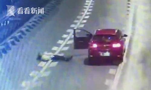 Cô gái nằm giữa đường khi cãi nhau với bạn trai. Ảnh: Shanghaiist.