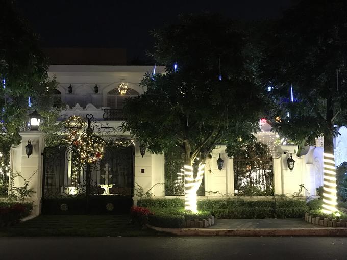 Khu nhà giàu Sài Gòn rực rỡ như cung điện mùa Giáng sinh