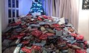Bà mẹ bị chỉ trích vì khoe 'núi' quà Giáng sinh cho con