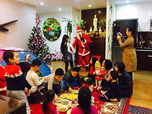 Ở Việt Nam, ông già noel phải biết đàn, biết hát, biết tổ chức trò chơi cho trẻ em. Ảnh: NVCC.