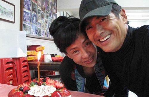 Châu Nhuận Phát hạnh phúc bên vợ. Ảnh: Chinanews.