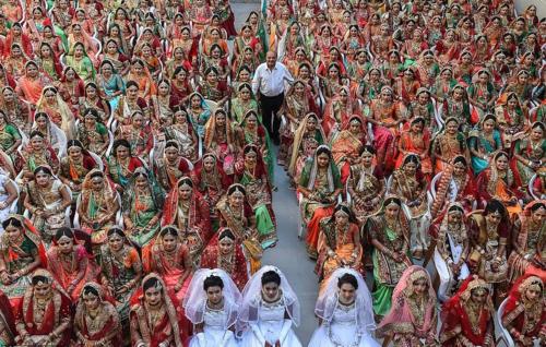ÔngMahesh Savani (đứng giữa) trong đám cưới của 261 cô dâu ngày hôm qua. Ảnh: AFP.