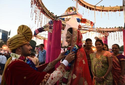Một trong số 261cặp đôi thực hiện nghi thứcđám cưới theo truyền thống Ấn Độ. Ảnh: AFP.