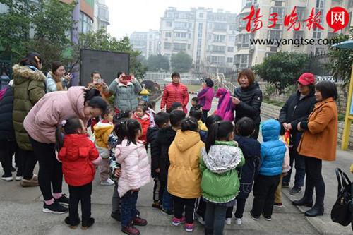 46 trẻ bị dụ ra ngoài chỉ trong 20 phút. Ảnh:Yangtze Evening News.