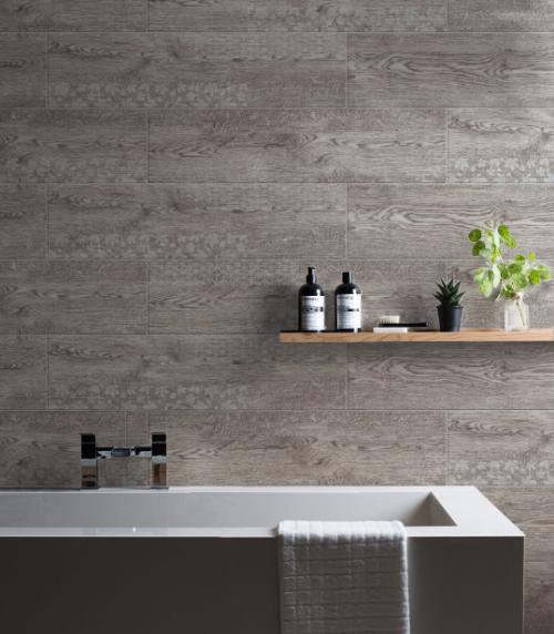 Dòng gạch giả gỗ gam trầm bề mặt men matt có thể làm mới phòng tắm một cách nghệ thuật nhờ sự kết hợp với các thiết kế in hoa hiệu ứng nổi.