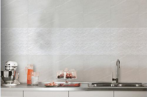 Không gian bếp trở lên hiện đại và cuốn hút nhờ kết hợp giữa gạch men matt satin và dòng gạch trang trí ứng dụng khuôn định hình (structured).