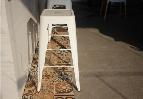 Với những gia chủ yêu thích vẻ đẹp phóng khoáng và cổ điển của miền Địa Trung Hảicó thể thêmđiểm nhấn cho không gian sống với gạch bề mặt bán mài (semi-polished).