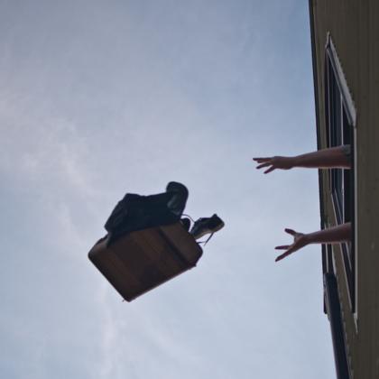 Nhiều cư dân tầng thấp chung cư sợ hãi những món đồ trên trời rơi xuống. Ảnh: Imagenesmy.