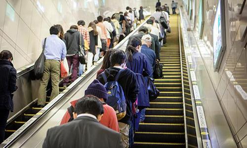 Người Nhật luônchỉ bám vào một bên thang cuốn, nhường chỗ cho người có việc vội, muốn đi lại trên thang. Ảnh:sportourism.id