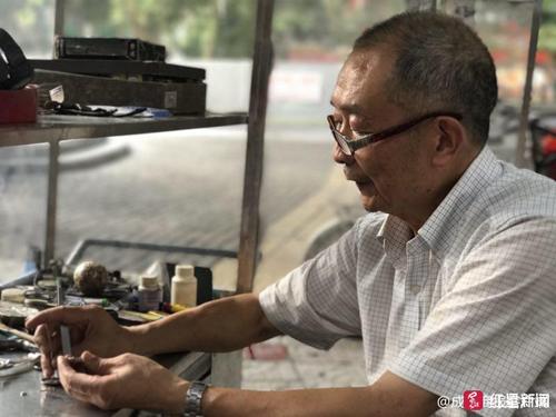 Ông Han vẫnsửa đồng hồ kiếm sống. Ảnh: Red Star.