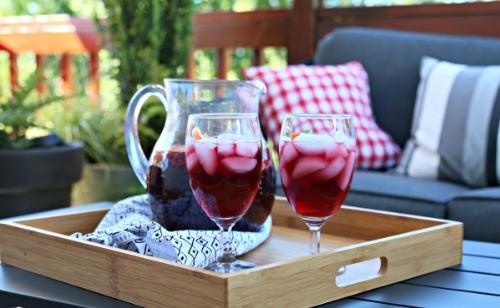Sangria pha chế từ vang đỏ và trái cây, ngon khi thưởng với đá lạnh.