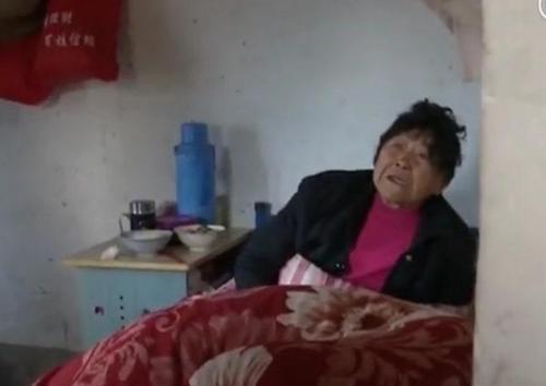 Bà cụ đã ngủ 3 đêm trong căn phòng vốn là chuồng lợn, không có cửa, mà được che bằng tấm gỗ. Ảnh: Sina.