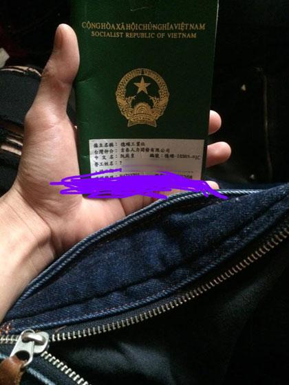 Phong với cuốn hộ chiếu để chuẩn bị về nước sau khi tự thú tại Đài Loan cuối năm 2017. Ảnh: P.H.