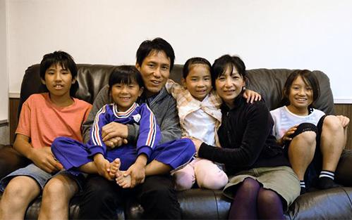 Nhờ các chinh sách hỗ trợ của chính quyền, các gia đình tại Nagi mạnh dạn sinh nhiều con. Ảnh: CNN