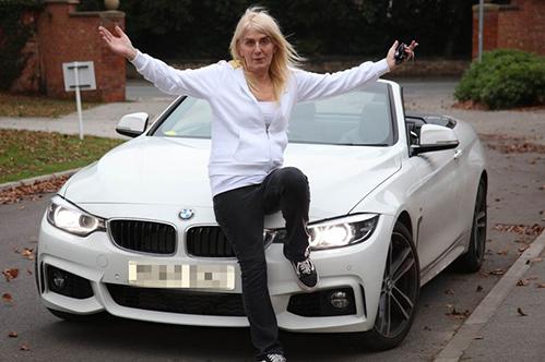 Melissa Ede bên chiếc xe mới mua. Ảnh: Mirror.