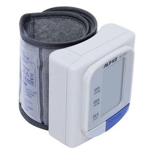 Máy đo huyết áp cổ tay tự động WS-910 hiệu ALPK2 gia công và lặp ráp tại Nhật, đạt tiêu chuẩn châu Âu. Máy kiểm tra và nhanh đưa kết quả huyết áp tối đa, huyết áp tối thiểu và nhịp tim. Điểm đặc biệt của dòng máy này là bộ nhớ tự động giúp lưu lại 60 kết quả đô gần nhất, tiện theo dõi và điều chỉnh kịp thời chế độ ăn uống, luyện tập, nghỉ ngơi.