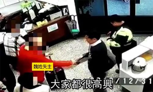 Ông Wei (áo đỏ) cám ơn cảnh sát đã nhanh chóng giúptìm thấy đồ của mình.Ảnh: Appledaily.