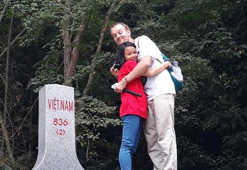 Đôi vợ chồng tại cột mốc 836 ở Thác Bản Giốc (Cao Bằng) trong chuyến đi mới đây. Ảnh: NVCC.