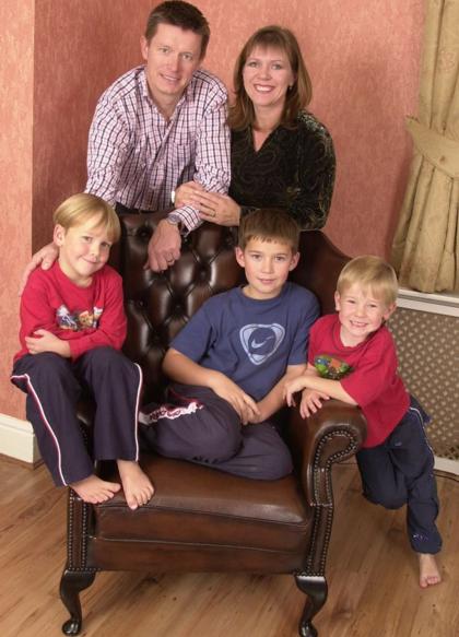 Anh Mason cùng vợ cũ và các con trai ngày gia đình còn hạnh phúc. Ảnh: Mirror.