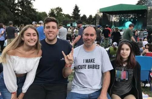 Aaron với các con của mình. Ảnh: BBC.