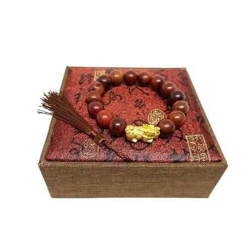 Vòng tay gỗ sưa đỏ 12 ly mix tỳ hưu bạc xi vàng từ thương hiệu Phong thủy Huyết Long giá 529.000 đồng làm từ 100% gỗ sưa thật tự nhiên. Khi đặt hàng, người mua được tặng kèm một vòng đá mã não có đính tỳ hưu trị giá 149.000 đồng.