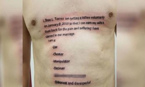 Người đàn ông xăm một hình vĩnh viễn lên ngực, thể hiện sự hối cải của mình. Ảnh: Ghheadlines.