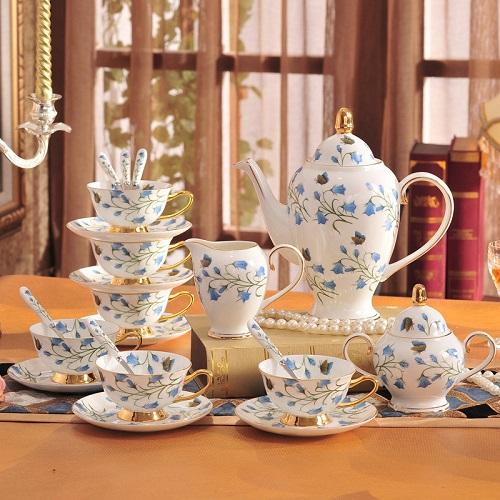 Bộ ấm trà đứng đầu danh sách các món đồ gia dụng thích hợp làm quà tặng người lớn tuổi, đặc biệt là trong tiết trời se lạnh cuối năm. Với chất liệu cao cấp và họa tiết tinh tế, sang trọng, món quà không chỉ thiết thực mà còn rất được trang trọng.