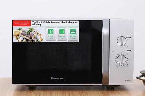 Lò vi sóng cũng là một gợi ý đồ gia dụng thích hợp để làm quà cho người lớn tuổi, đặc biệt là những người thường xuyên nấu nướng. Bên cạnh chức năng làm chính, sản phẩm cònrất tiện dụng trong việc rã đông, hâm nóng thức ăn.