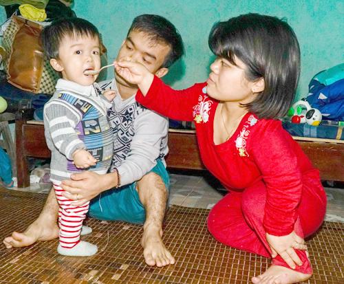 Cô congái 2 tuổi cósức khỏe bình thường, dù vẫn mang gene lùn của bố mẹ.Ảnh:Trọng Nghĩa.