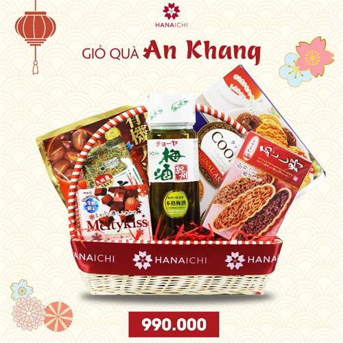 Giỏ quà An Khang gồm có bánh, kẹo, trà xanh và rượu mơ.