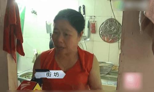 Một người hàng xóm kể lại sự việc thấy tiền rơi mới biết tầng trên có nhà bị cháy. Ảnh: Sina News.