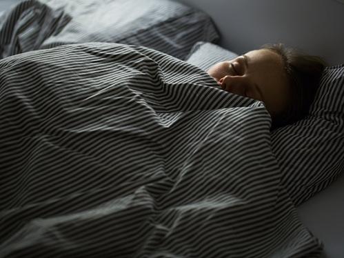 Đừng ngại chi nhiều tiền cho tấm nệm mang lại cho bạn sự thoải mái cao nhất. Ảnh: Shutterstock.