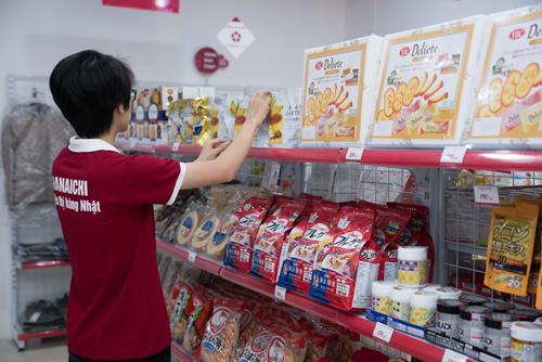 Cửa hàng có nhiều giỏ quà, bánh kẹo từ Nhật.