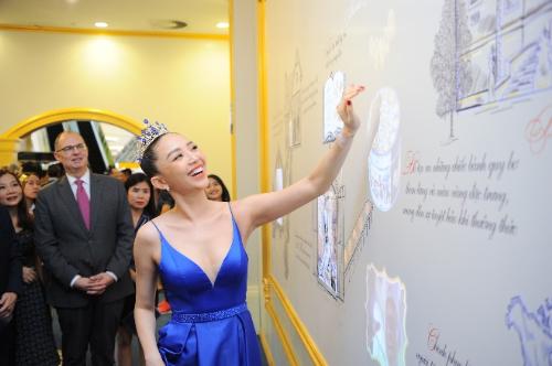 Góp mặt trong buổi khai trương, ca sĩ Tóc Tiên tỏ vẻthích thú trải nghiệm bức tường tương tác với công nghệ mapping hiện đại.