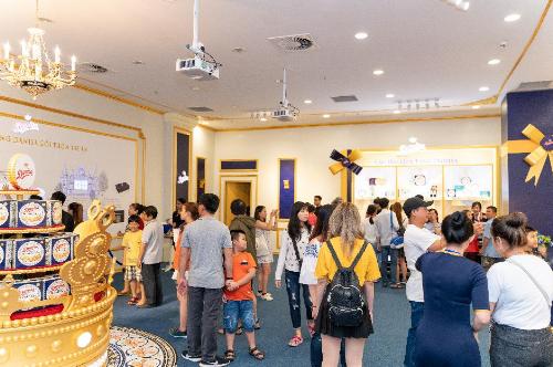 Sự kiện hiện đang thu hút đông đảo khách tham quan đến trải nghiệm và mua quà Tết.