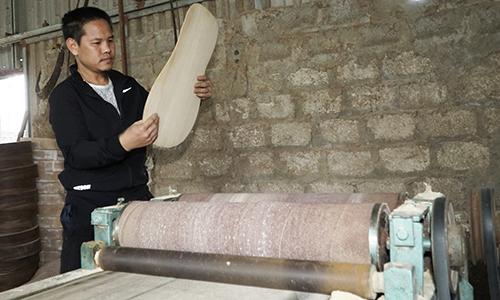 Trong 2 năm qua, anh Cường liều vay mượnđể mua nhiều máy móc hỗ trợ làm đàn, lượng sản phẩm xuất ra cũng tăng gấp ba.Ảnh: Trọng Nghĩa.