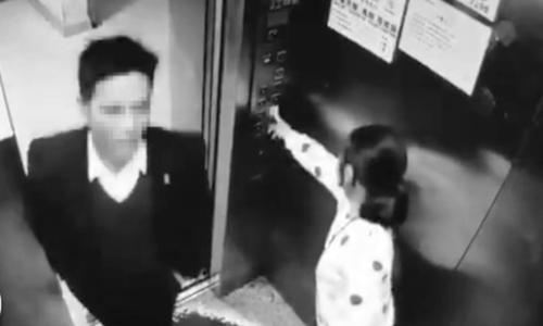 Hình ảnh người đàn ông bước vào thang máy và sau đó sàm sỡ cô bé 9 tuổi.