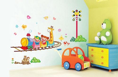 Decal dán tường họa tiết đoàn tàu dành cho các bé (từ 45.000 đồng):  Với hình ảnh nhân vật hoạt hình ngộ nghĩnh, decal dán tường đoàn tàu giúp không gian phòng bé sinh động, đáng yêu.