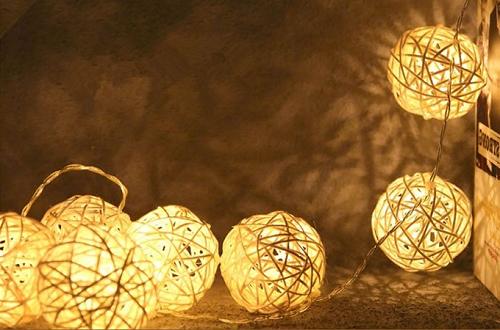 Đèn cầu lưới trang trí (189.000 đồng): Đây là loại đèn làm đẹp và mang lại cảm giác ấm cúng cho căn phòng của bạn.