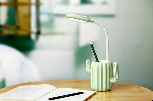 Đèn tích điện cảm ứng freshair: có thể điều chỉnh độ sáng tối tùy trường hợp mình sử dụng. Đèn tích hợp pin có thể dùng từ 4h đến 20h liên tục. Thân đèn có thể quay 360 độ với hình dạng thoải mái giúp bạn giải tỏa căng thẳng mỗi khi làm việc, học tập. Sản phẩm có đa màu sắc cho bạn lựa chọn.