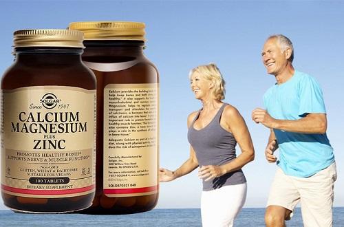 Sản phẩm bổ sung canxi kẽm - Calcium Magnesium Plus Zinc: giá 550.000 đồng một hộp, bổ sung canxi, maggie và kẽm, góp phần hỗ trợ việc phát triển xương, hỗ trợ duy trì hoạt động cơ bắp. Người đang điều trị các bệnh đặc biệt khác hay phụ nữ có thai cần hỏi bác sĩ trước khi sử dụng.